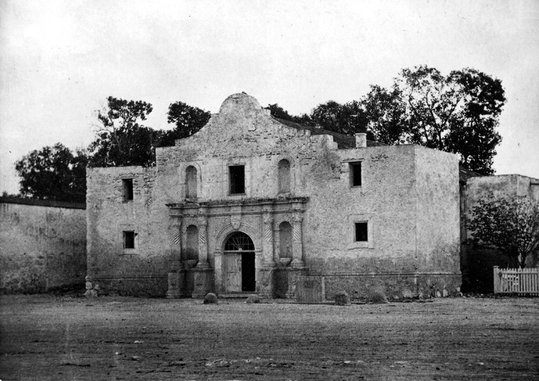 How many soldiers were on the mexican army during the alamo?